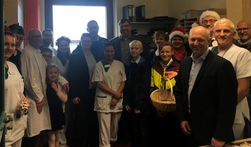 Klinikum Indersdorf OG – zeigt die Besucherinnen und Besucher mit dem Reha-Team – den Gesundheits- und Krankenpflegern – vom 1. Stock des Krankenhauses Indersdorf.
