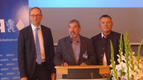 Auf dem Foto von links nach rechts: Der neue Landesvorsitzende Bernhard Seidenath sowie Dr. Christian Alex und Christian Bredl.