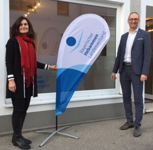 Foto privat: Bernhard Seidenath, MdL mit Mechthild Hofner, der 1. Vorsitzenden des Hebammen-Landesverbandes