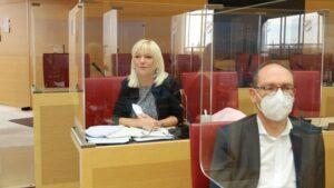 Foto: CSU-Landtagsfraktion - im Hintergrund Staatsministerin Carolina Trautner