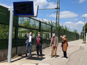 Das Foto zeigt (von links) Bernhard Seidenath, Wolfgang Stadler, Herwig Feichtinger und Hilde Weßner bei der Präsentation des neuen Informationssystems am Zugang beim Bahnhofsgebäude.