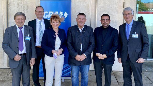 Auf dem Foto von links nach rechts: Georg Schwarzfischer-Engel, Bernhard Seidenath, MdL, Kerstin Tschuck, Christian Bredl, Staatsminister Klaus Holetschek, MdL und Prof. Dr. med. Dr. h.c. J. Grifka.